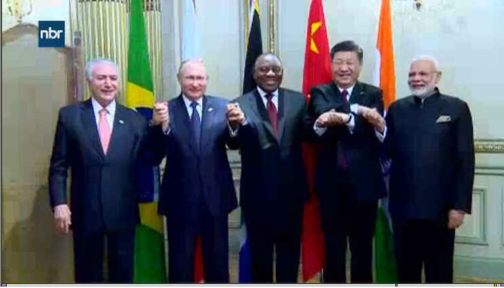 Temer posou para foto ao lado dos outros quatro chefes de Estado dos Brics — Foto: Reprodução/NBR