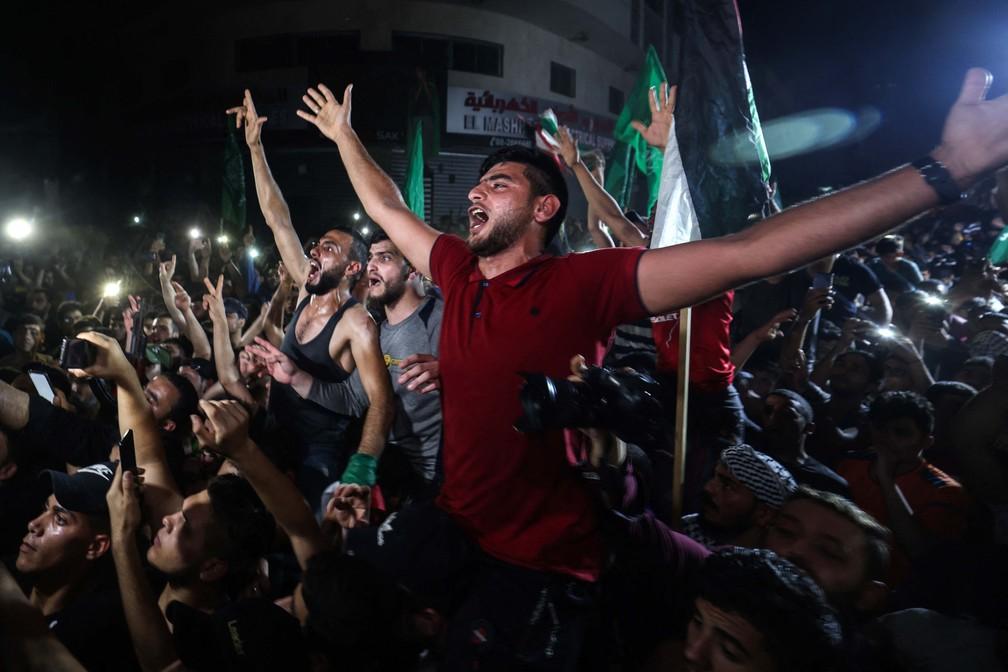 Palestinos celebram nas ruas de Gaza o início do cessar-fogo com Israel, na madrugada de sexta-feira (21) — Foto: Mohammed Abed/AFP