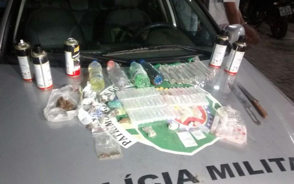 Policiais apreendem vários tipos de drogas em festa (Foto: Divulgação/ Polícia Militar)