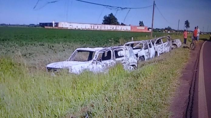 Carros encontrados queimados em distrito de Ponta Porã, MS — Foto: Mauro Almeida/ TV Morena