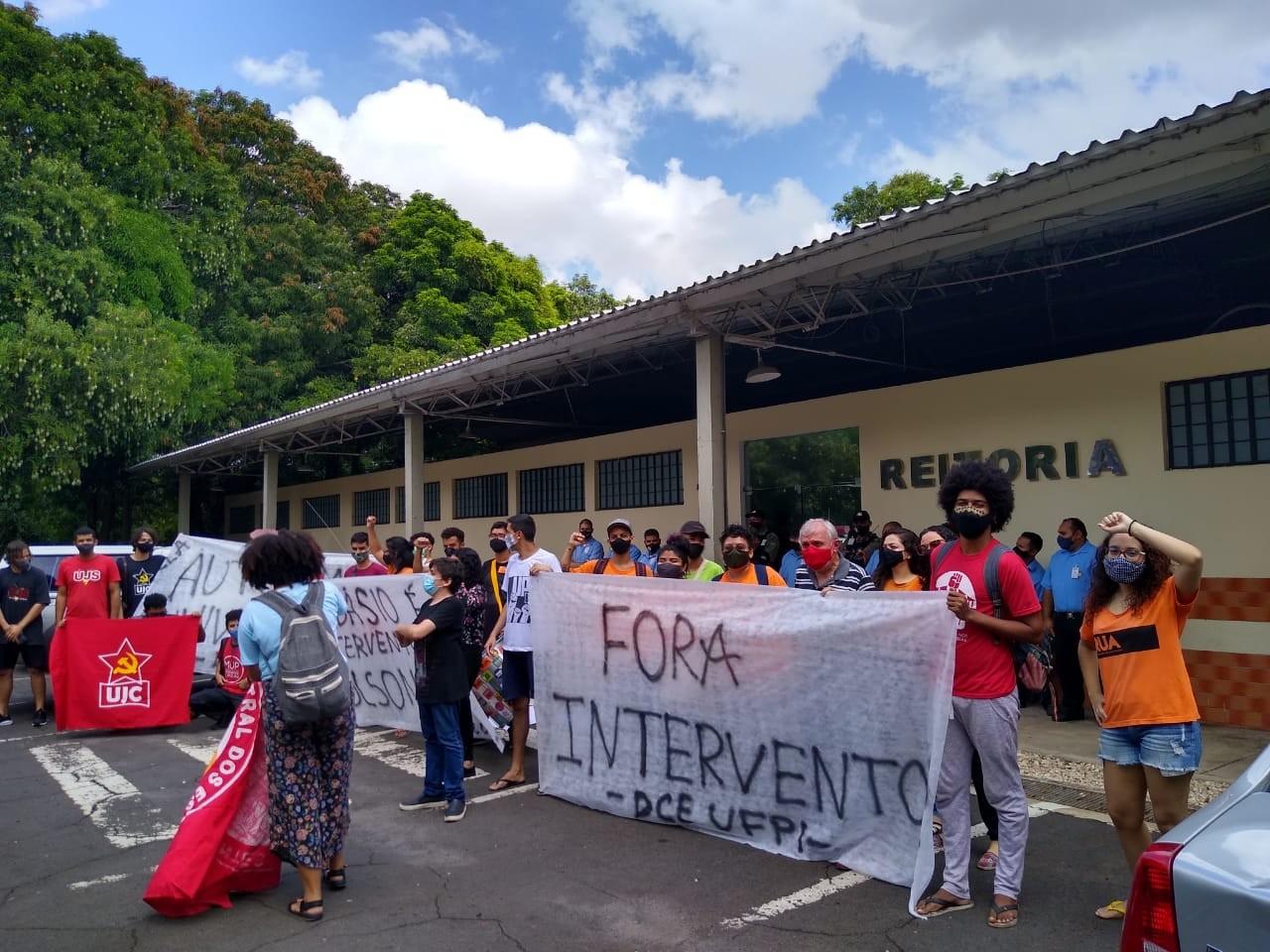 Universitários fazem protesto contra nomeação de reitor da UFPI em Teresina