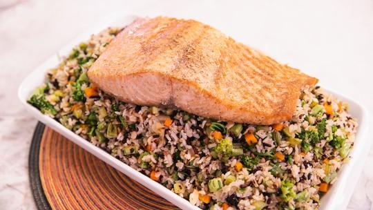 Receita saudável: arroz multigrãos com salmão assado