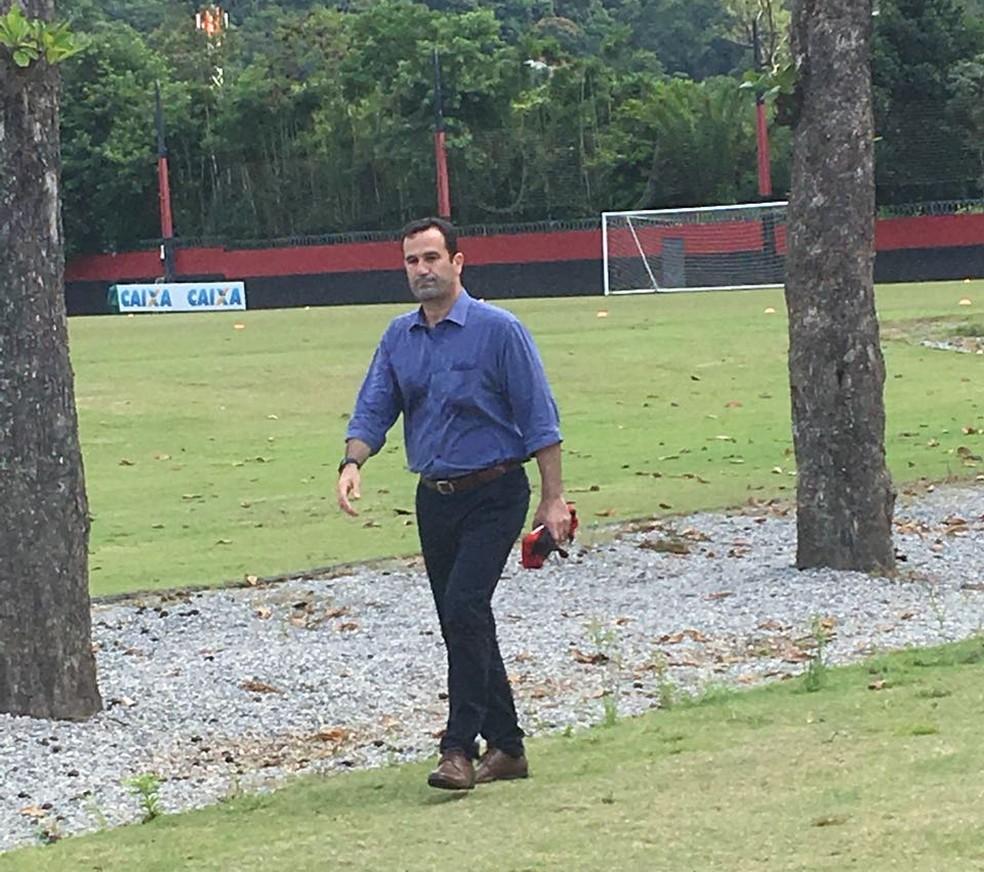 Ricardo Lomba no treino de sexta-feira, no Ninho do Urubu: dirigente despistou sobre novas caras no futebol do Fla (Foto: Emanuelle Ribeiro)