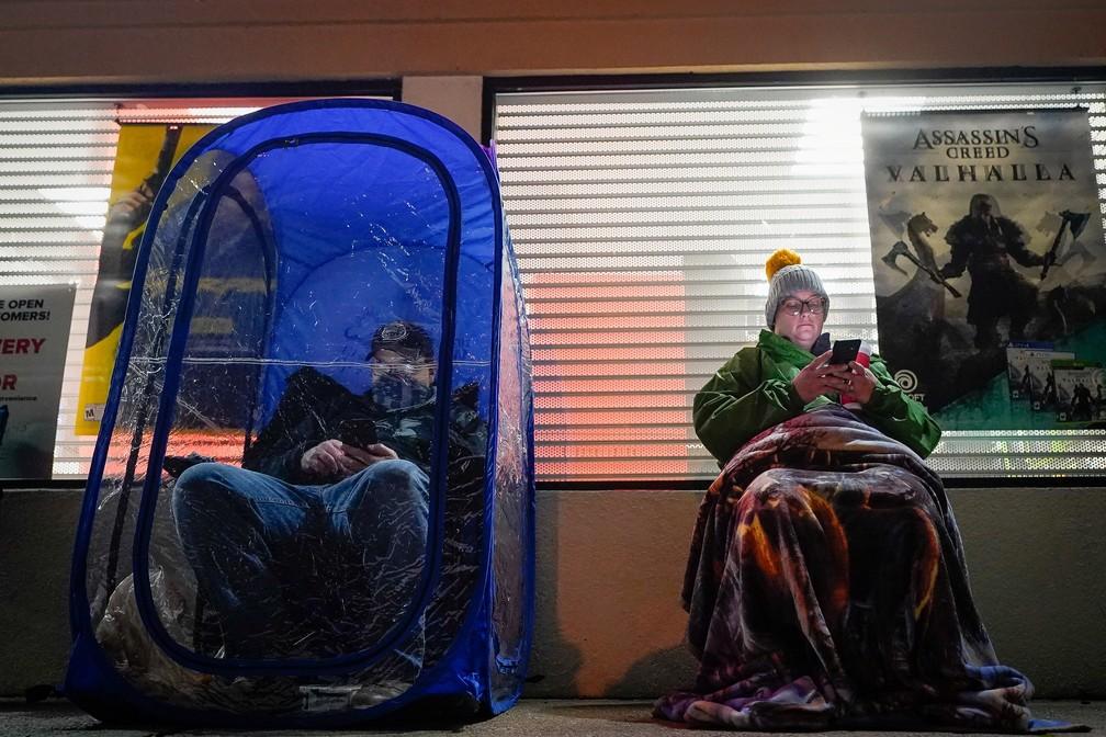 "Black Friday: comprador usa ""bolha"" para se proteger em fila de loja de games em La Grange, Kentucky, nesta sexta-feira (27). — Foto: REUTERS/Bryan Woolston"