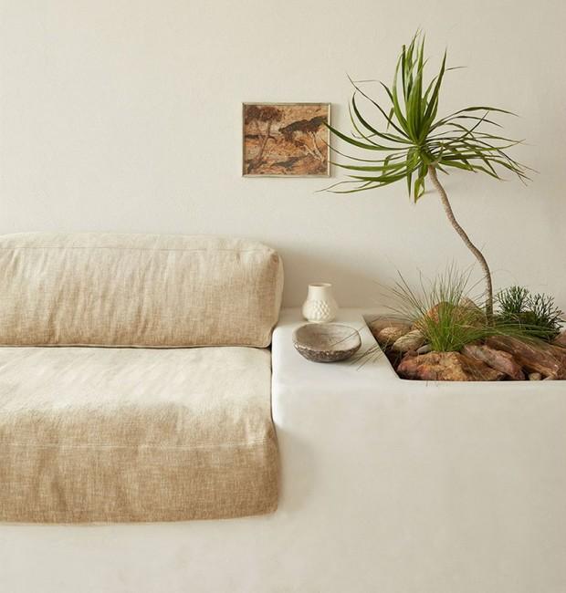 Coloque as plantas na decoração a sala discretamente ao lado do sofá (Foto: Tom Ross/Olivia Bossy/Reprodução)