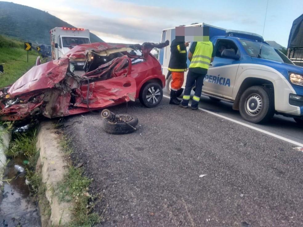 Carro ficou destruído após batida — Foto: Vitória da Conquista Notícias