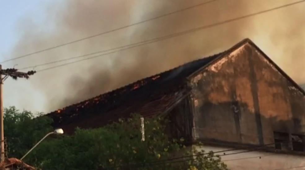 Galpão da antiga Ceagesp pega fogo em São Joaquim da Barra, SP — Foto: Reprodução/EPTV