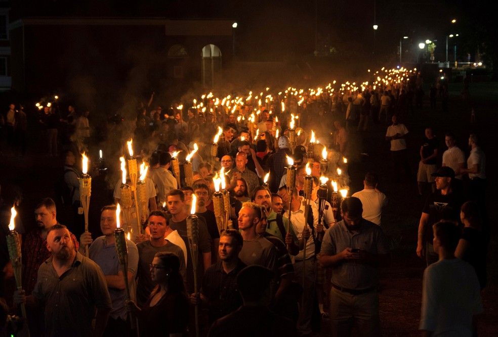 Supremacistas brancos carregam tochas na Universidade da Virgínia, no sábado (11), na véspera da marcha 'Unite The Right', em Charlottesville, nos Estados Unidos   (Foto: Alejandro Alvarez/News2Share via Reuters )