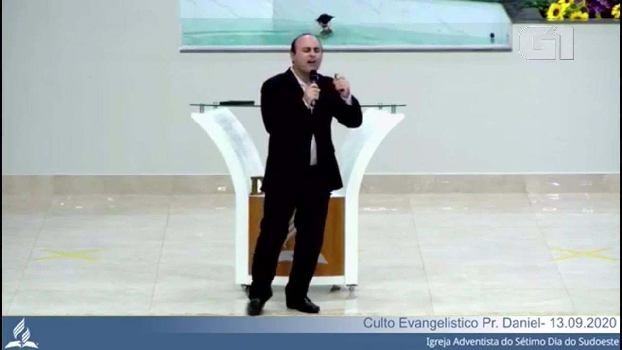 Gato invade culto e mergulha em piscina de batismo em igreja no DF
