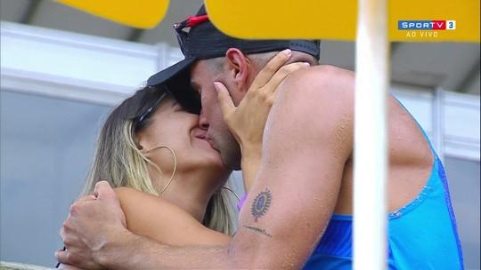 Após ganhar o bronze em etapa do vôlei de praia, Vitor Felipe pede namorada em casamento
