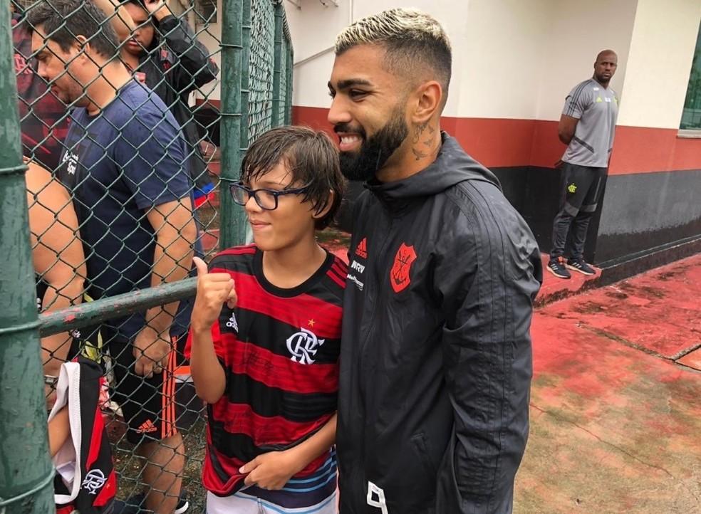 Gabriel atende torcedor após treinamento na Gávea — Foto: Flamengo / Twitter