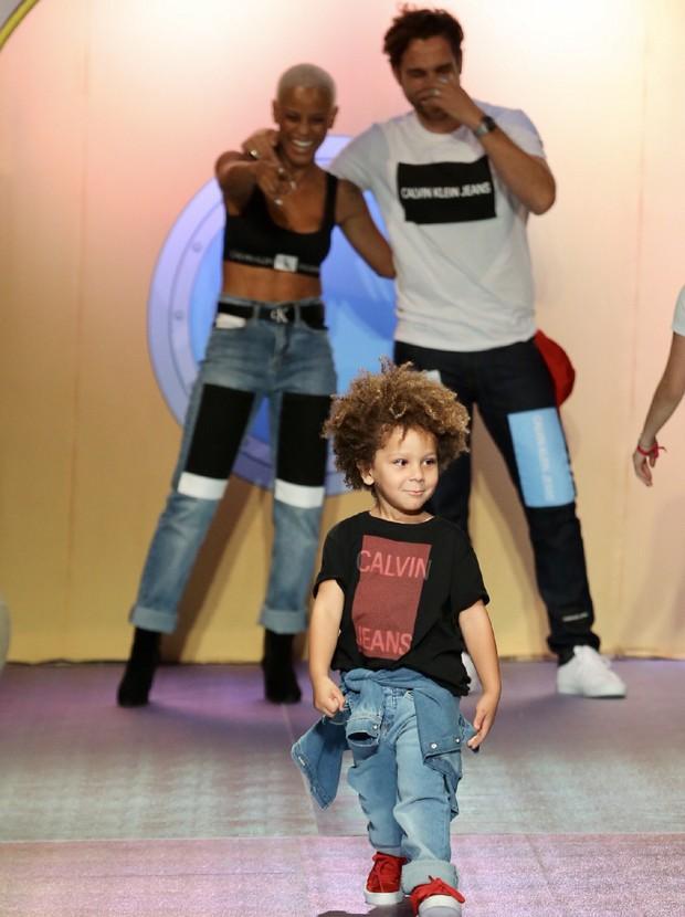 Aline Wirley e Igor Rickli desfilam com o filho, Antonio (Foto: Manuela Scarpa/Brazil News)
