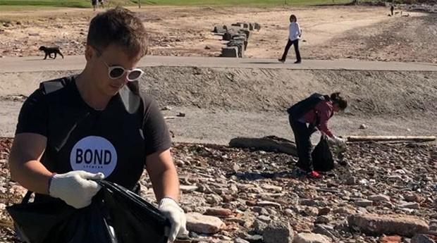 Malcolm Rendle recolhe lixo na beira do Prata. (Foto: Clarín Xonales)