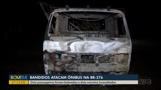Ladrões assaltam ônibus de sacoleiros, trocam tiros com seguranças e incendeiam carro usado na fuga
