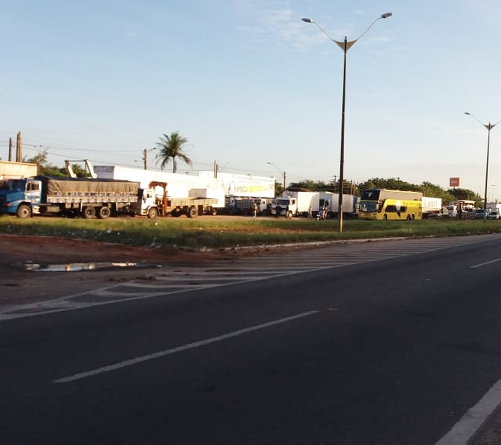 Na BR-101, em Parnamirim, caminhoneiros continuam ocupando as marginais da rodovia  (Foto: Ricardo Oliveira/G1)