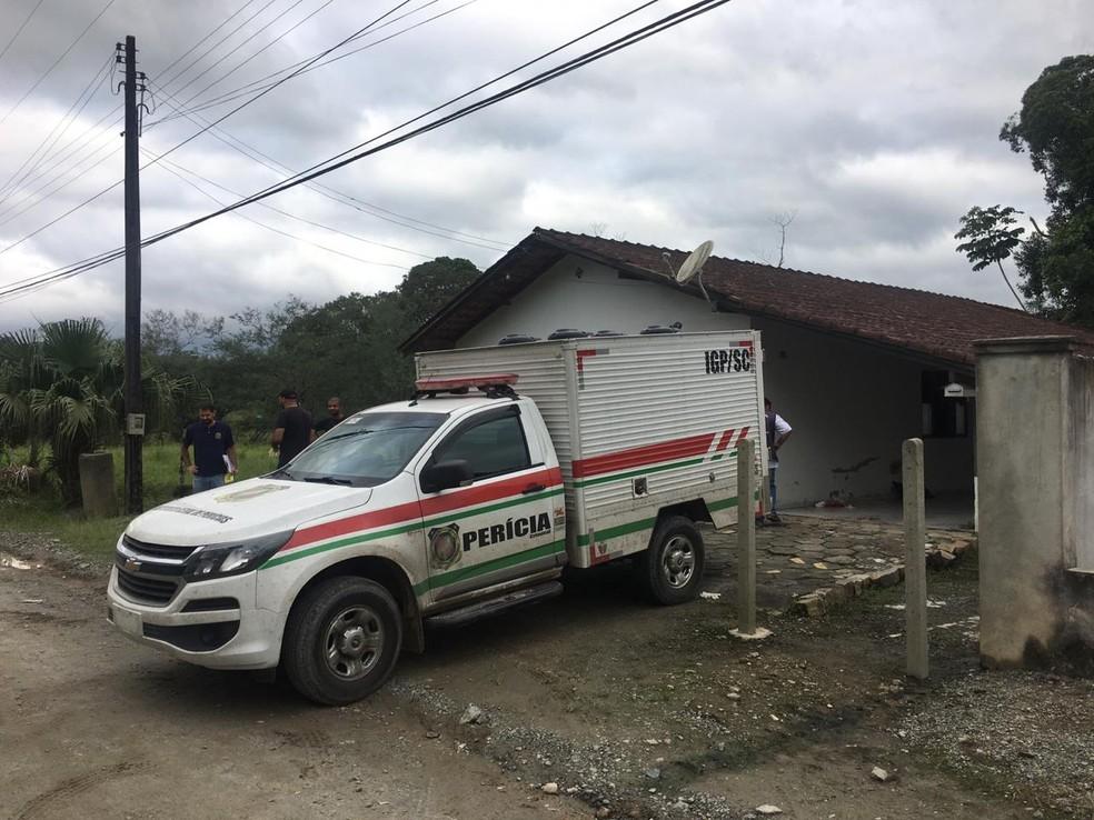 Crime ocorreu na casa da mãe da vítima, em Joinville — Foto: André Zanfonatto/NSC TV