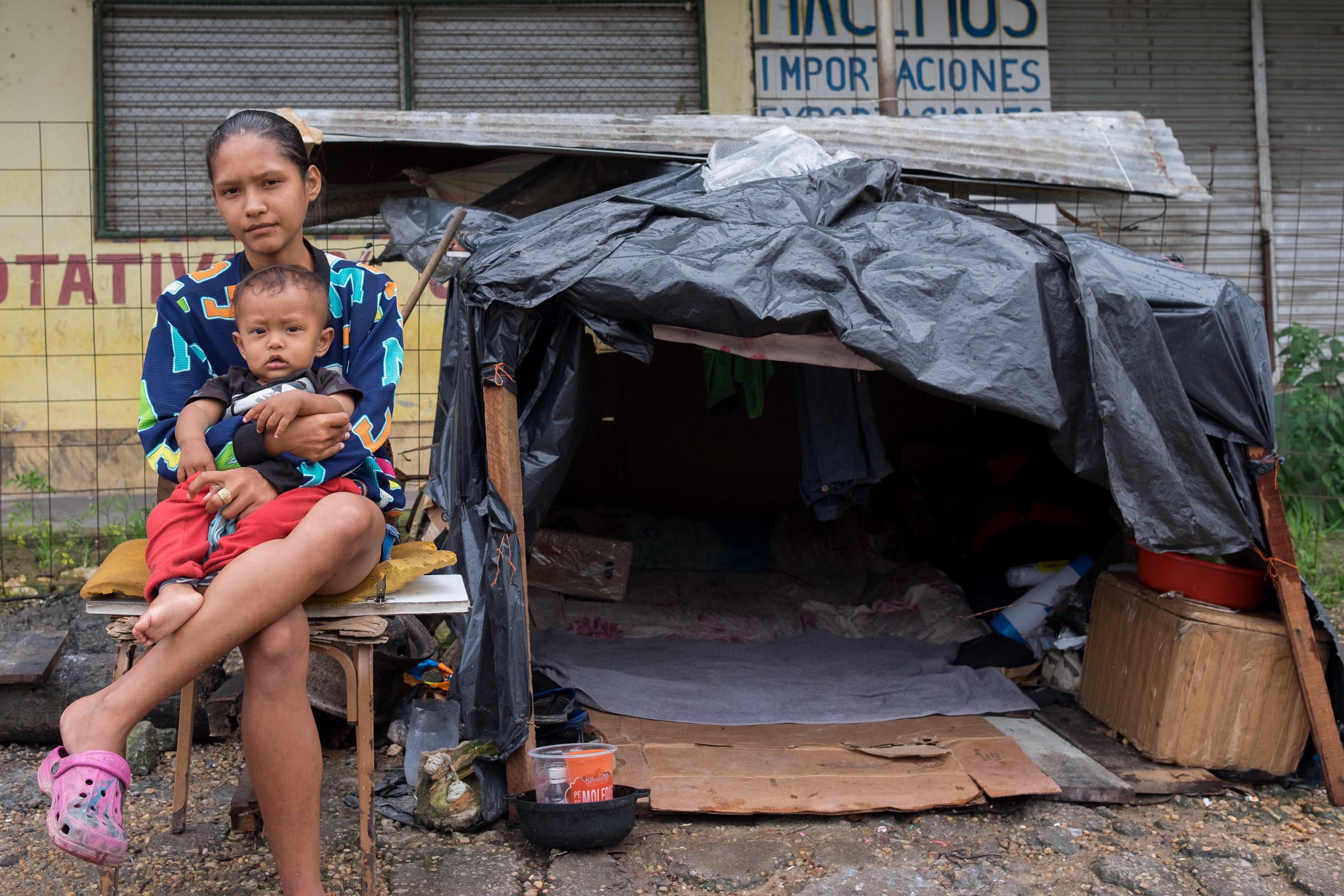 Sem dinheiro, venezuelanos acampam às margens de rodovia na fronteira do Brasil: 'aqui pelo menos temos comida'