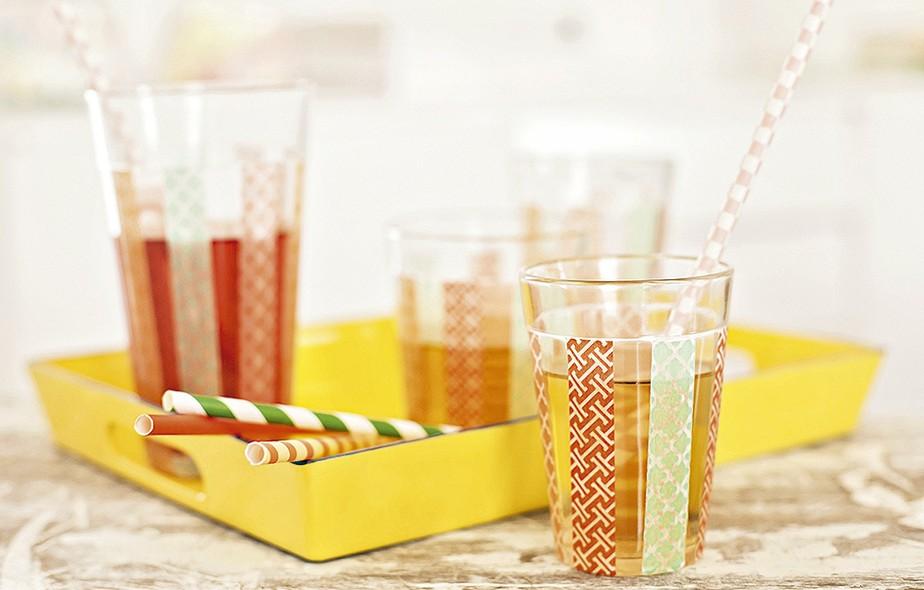 As washi tapes também podem ser usadas para decorar o copo. Em uma festa, cada um pode personalizar o seu e evitar que as bebidas se misturem