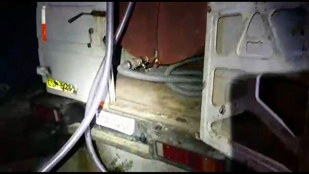 Combustível era desviado por meio de mangueiras e colocado em tanque dentro de van — Foto: Divulgação/Deic