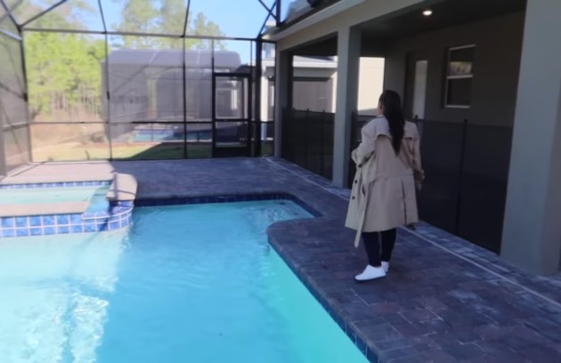 Simone mostra outro ângulo da piscina (Foto: Reprodução)