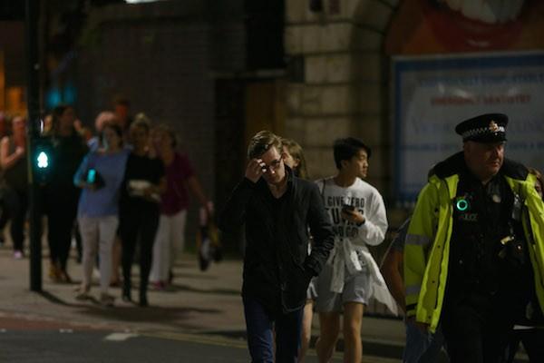 Pessoas sendo socorridas após o atentado na saída do show de Ariana Grande (Foto: Getty Images)