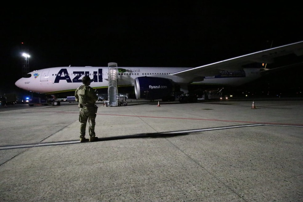 Avião com primeiras doses da vacina contra a Covid-19 chega na Bahia — Foto: Alberto Maraux/ GOVBA