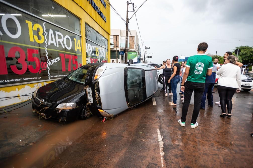 Carros foram arrastados pela enxurrada e ficaram amontoados após temporal em Franca, SP — Foto: Igor do Vale