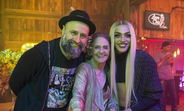 Mauro Mendonça Filho e Laura Cardoso com Pabllo Vittar, que gravou uma participação em 'O outro lado do paraíso'  (Foto: Globo/Estevam Avellar)