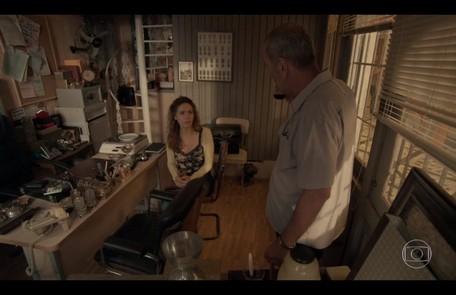Na quinta-feira (6), Cordeiro (Guti Fraga) anuncia a Gilda e Eliza que Dino fugiu TV Globo