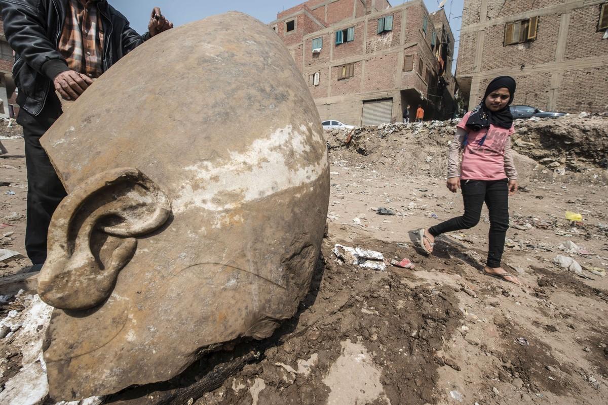 Egito descobre estátua gigante de faraó