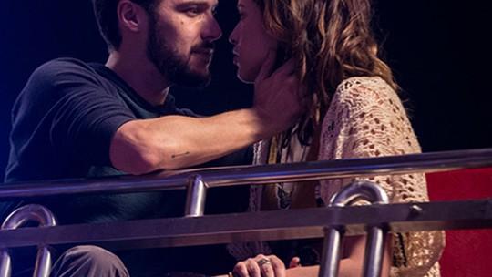 Camila e Giovanni se beijam pela primeira vez em 'Haja Coração'