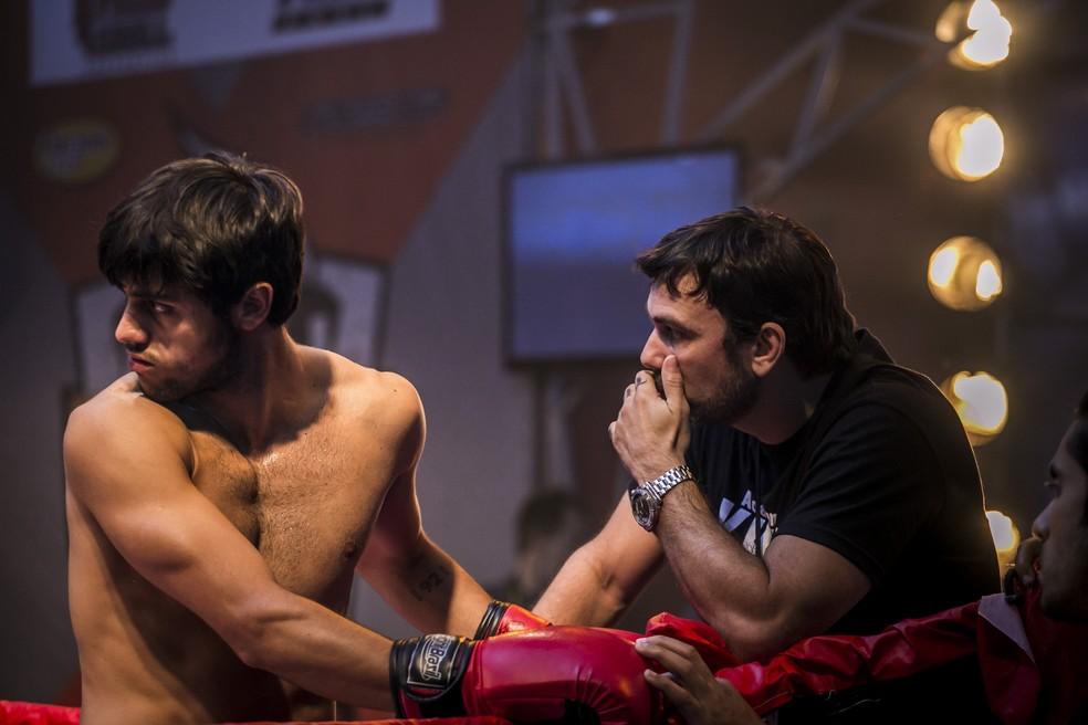 Cobra (Felipe Simas) decide entrar para a academia de Lobão (Marcelo Faria), em 'Malhação - Sonhos'. — Foto: Globo/Paulo Belote