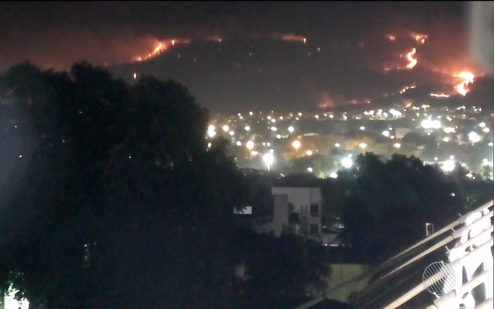 Incêndio atinge Serra da Bandeira e áreas perto de rodovia e do aeroporto de Barreiras (Foto: Reprodução/TV Oeste)