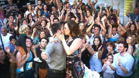Final de 'A Lei do Amor': Salete é surpreendida pelo povo