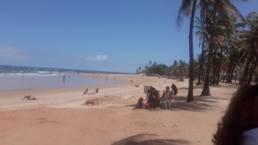 Praia de Piatã, em Salvador, na manhã desta segunda — Foto: Andrea Silva/TV Bahia