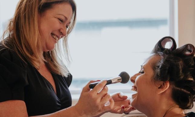 Cláudia Valladares em ação: maquiagem e borbulhas em Niterói