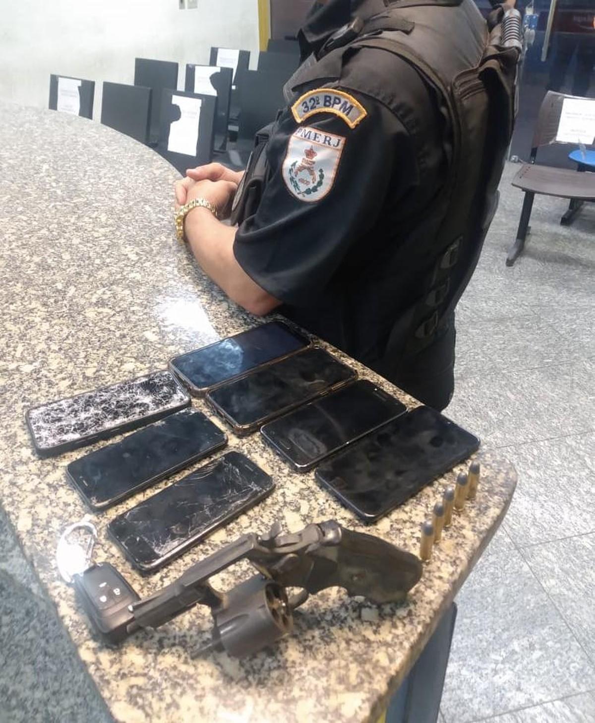 Cinco homens são presos suspeitos de roubos de celulares em Carapebus; 7 aparelhos foram recuperados