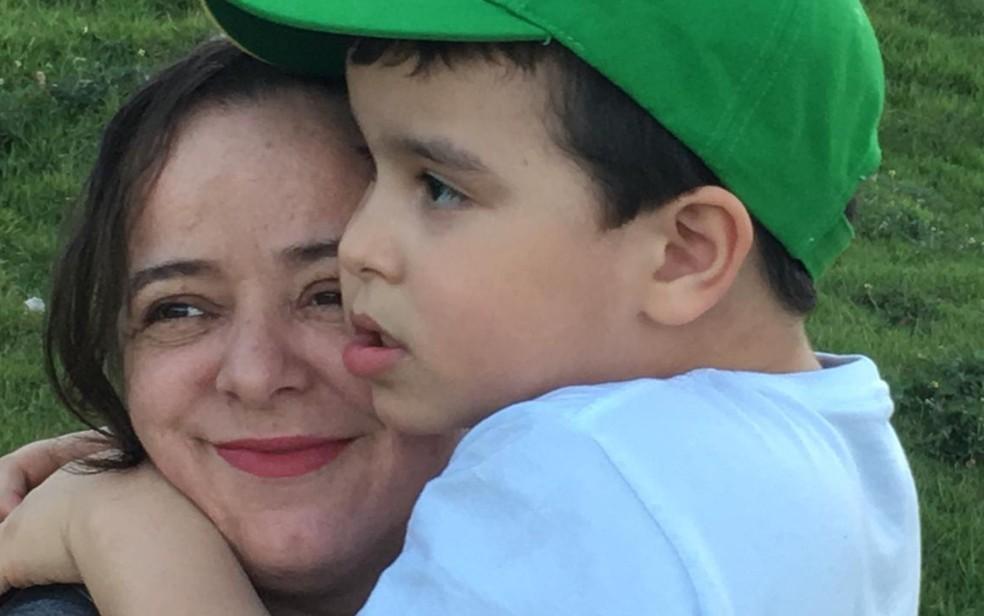 Tatiana Cardinale e o filho Isaque Cardinale Serafim, em Goiânia — Foto: Reprodução/Arquivo pessoal