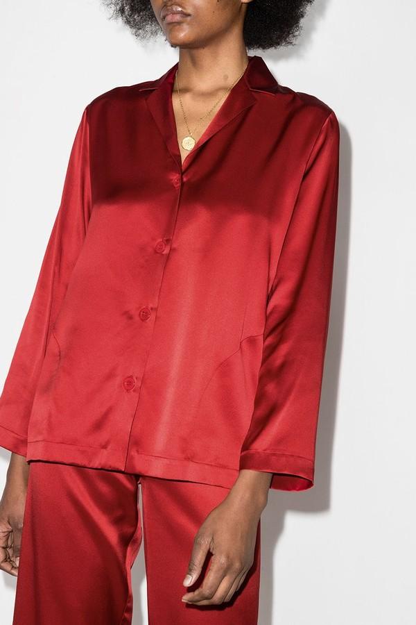 Vermelho intenso para o pijama de seda da La Perla (R$ 3.198 no Farfetch) (Foto: Reprodução/Farfetch)