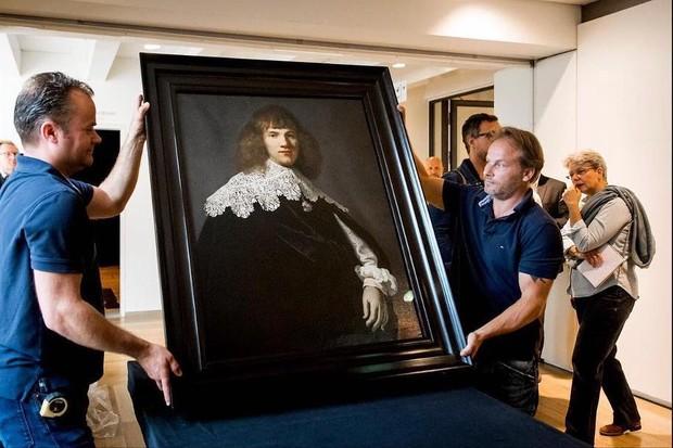 O novo Rembrandt é instalado no Hermitage (Foto: Reprodução/Instagram)
