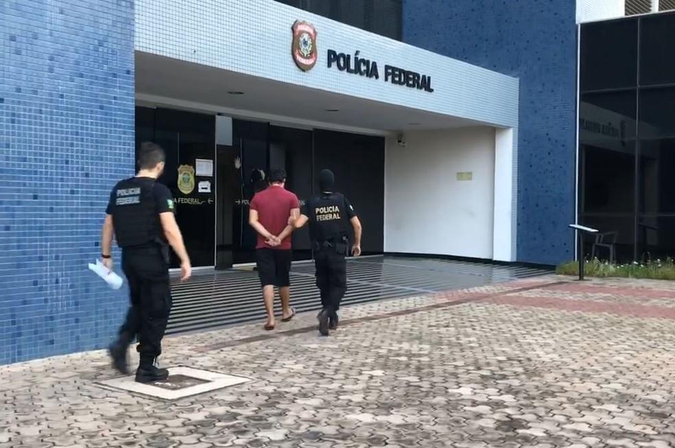 Mandado de prisão sendo cumprido com preso levado para a sede da PF no Amapá — Foto: Polícia Federal/Divulgação