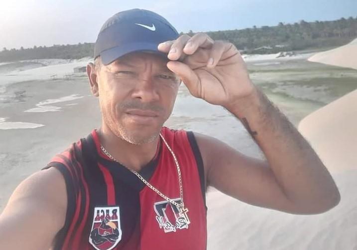 Homem tentar gravar vídeo em barco, cai no mar e fica à deriva em Jericoacoara, no Ceará