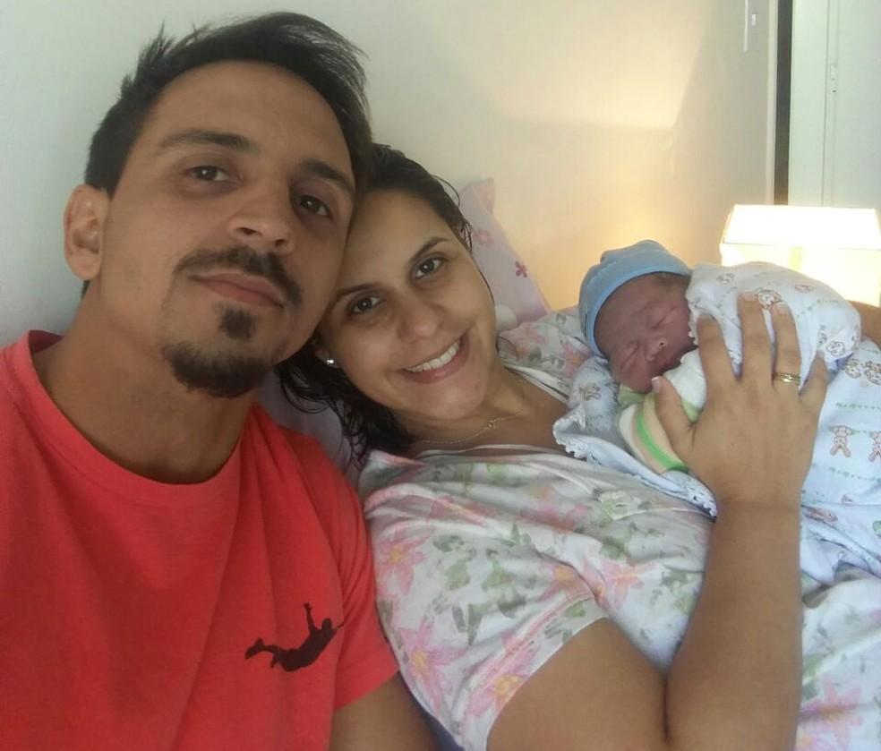 Família após o parto, em Vitória (Foto: Pedro Muniz)