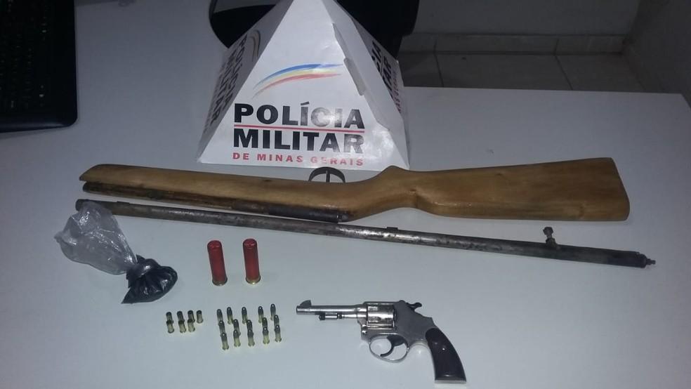 Na casa dos envolvidos, PM apreendeu arma utilizada no crime, espingarda e munições. — Foto: Polícia Militar/Divulgação