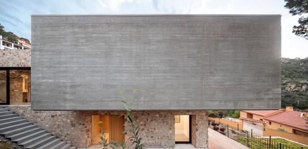O concreto destaca o minimalismo com uma pegada brutalista: nele, ponderam-se a paisagem verde e as linhas simples da construção (Foto: Nordest Arquitectura/ Reprodução)