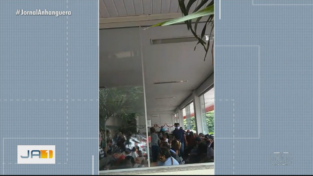 Multidão procura atendimento médico na Santa Casa de Goiânia