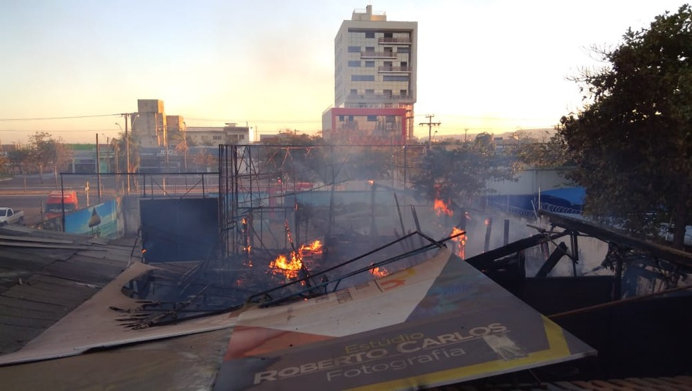 Máquinas de impressão e computadores ficaram completamente destruídos — Foto: Mazim Aguiar/TV Anhanguera