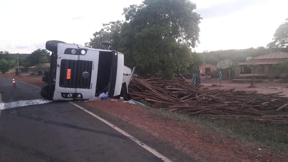 Caminhão tombou na PI-237 e deixou motorista ferido — Foto: Divulgação/Polícia Militar