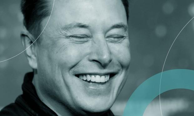 Elon Musk, CEO da Tesla e proprietário do SpaceX, ri ao chegar à entrega do prêmio Axel Springerm, em Berlim