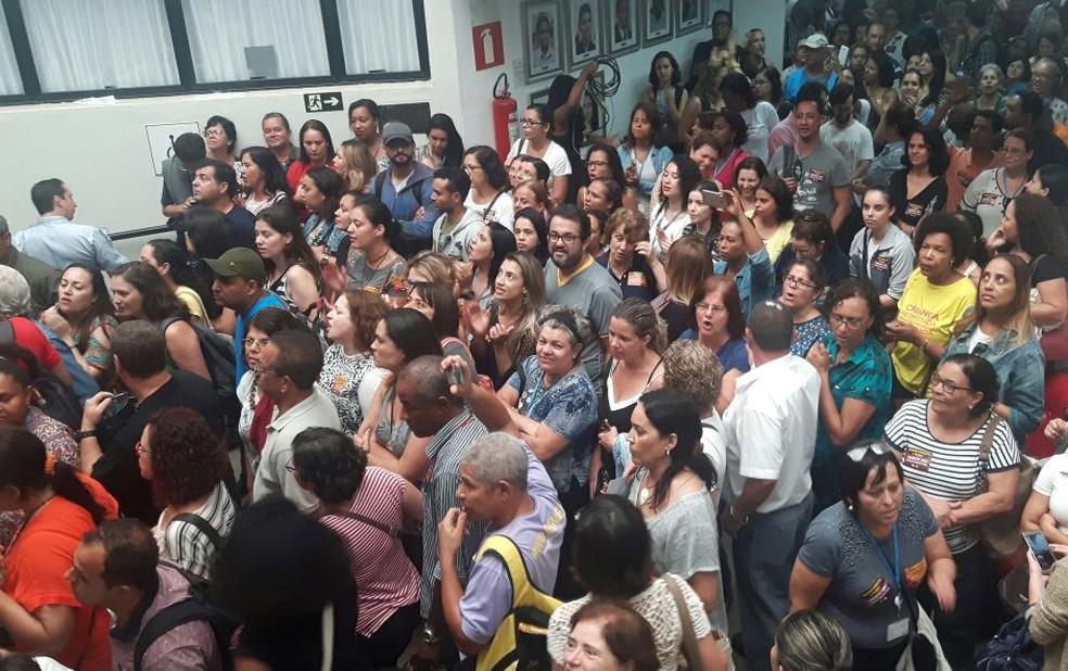Servidores entram na Câmara Municipal de Belo Horizonte. (Foto: Sindibel/Divulgação)